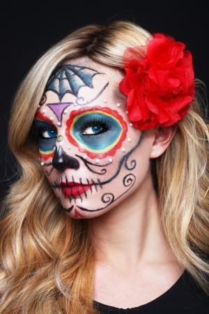 pintura en la cara: Impresionante mujer rubia con arte pintado del cráneo del azúcar Foto de archivo