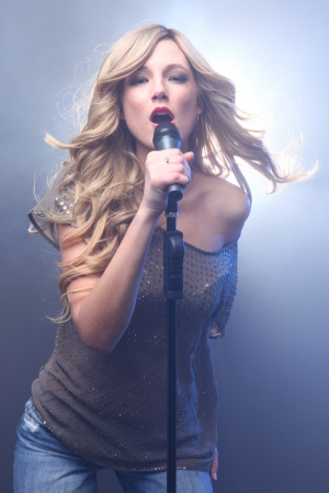 Blonde Rock Star on Stage Singing and Performing Foto de archivo