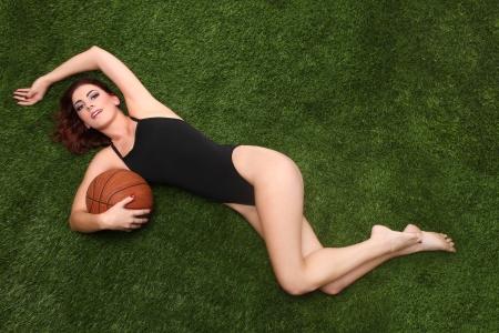 baloncesto chica: Mujer joven hermosa que sostiene un baloncesto