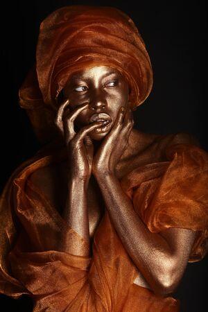 body paint: Amercian africano de la mujer pintada con oro Foto de archivo