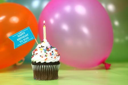 velitas de cumpleaños: Feliz cumpleaños con los globos Velas y torta Foto de archivo