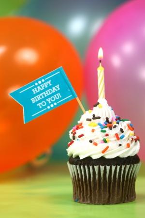 globos de cumpleaños: Feliz cumpleaños con los globos Velas y torta Foto de archivo