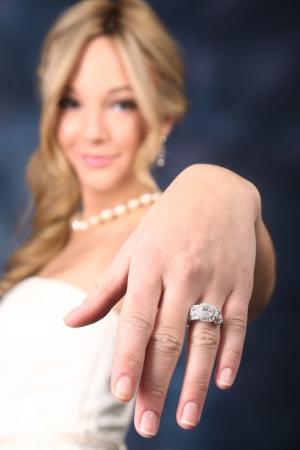 anillo de compromiso: Novia mostrando su anillo de bodas de diamante Foto de archivo