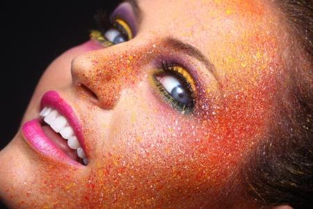 spattered: Hermosa Mujer Con Extreme salpicada Maquillaje en la cara