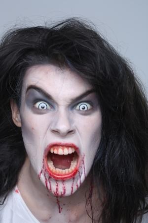 공포 테마 이미지에 출혈 정신병 여성