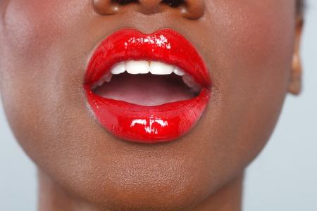 labios sexy: Sexy labios rojos hermosos Detalle del maquillaje con el sensual con la boca abierta Foto de archivo