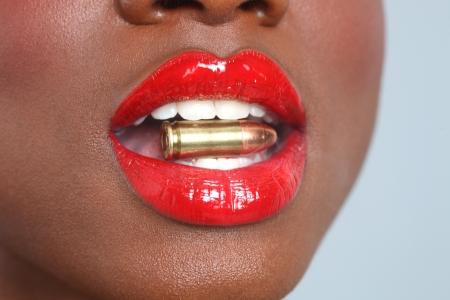 총알과 연기 여자의 아름다운 입술