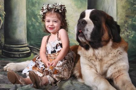 saint bernard: Bambino e il suo cucciolo di cane San Bernardo Archivio Fotografico