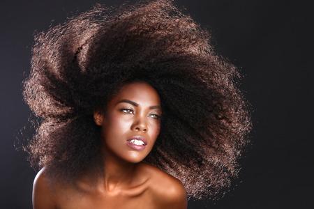 큰 머리를 가진 아프리카 계 미국인 흑인 여성의 아름다운 멋진 초상화