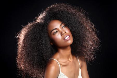 black hair: Hermosa Impresionante Retrato de una mujer Negro afroamericano con el pelo grande Foto de archivo