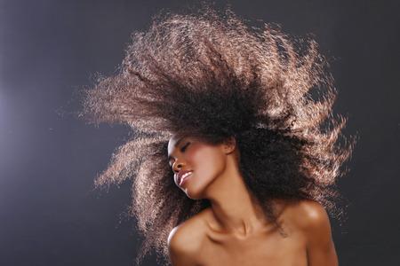 mujer pensativa: Hermosa Impresionante Retrato de una mujer Negro afroamericano con el pelo grande Foto de archivo