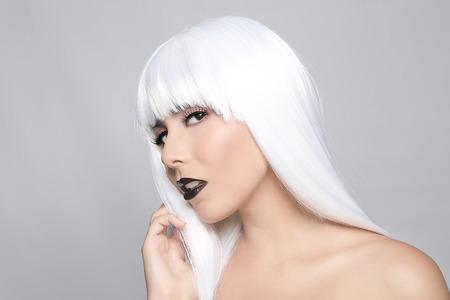 labios sensuales: Mujer hermosa que desgasta una peluca Styled Primer