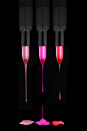 lapiz labial: Barras de labios Dripping colores sobre un fondo Negro