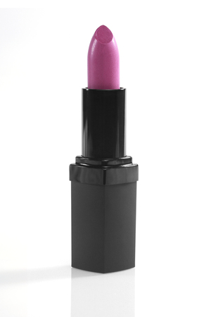 白の背景に明るいピンクの新しい口紅