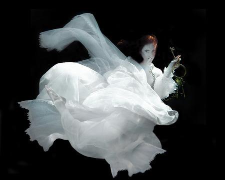 girl underwater: Drijvende Vrouw Onderwater Dragen Witte Toga