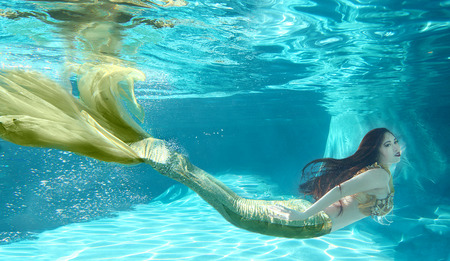 Woman Swimming Like a Mermaid Underwater Outdoors Standard-Bild