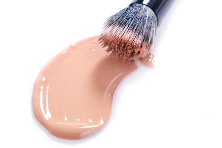 productos de belleza: Líquido Beige Base Maquillaje en el fondo blanco Manchado
