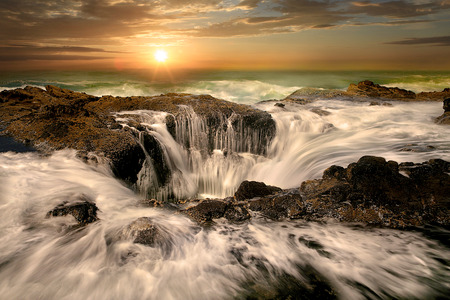 トールもオレゴン州の海岸逆に水が噴出 写真素材 - 64518874