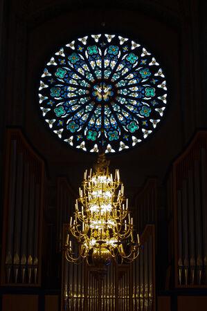 rose window: Il rosone sopra l'organo Ruffatti nella Cattedrale di Uppsala Archivio Fotografico