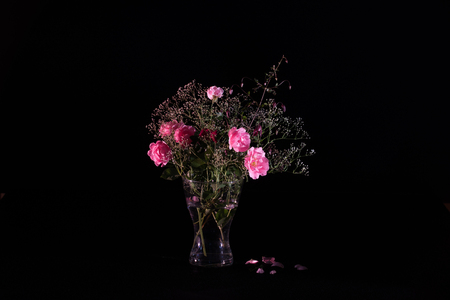 velours: A lovely bouquet in rosa with rosa summerwind, babys breath and clematis viticella velours in a glass vase