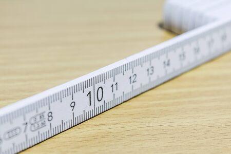 numero diez: número diez en la escala regla de madera blanca