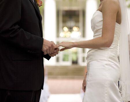 Bruid en bruidegom inwisselen van bank biljetten ringen  Stockfoto