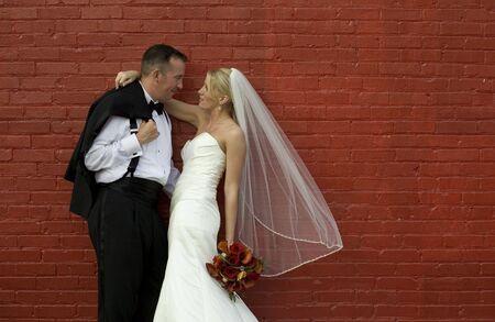 신부와 신랑 붉은 벽돌 벽에 스톡 콘텐츠