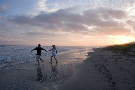 Jong koppel op het strand Stockfoto