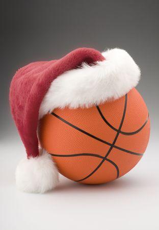 Basket bal met Kerst muts  Stockfoto