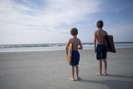 어린 소년들 해변에서