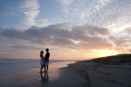 Jong koppel op het strand
