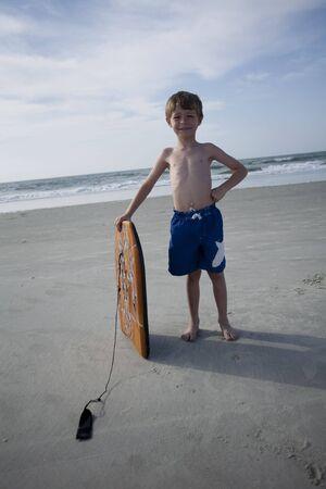 Jonge jongen op het strand