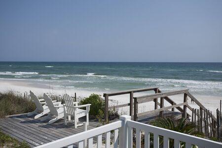 Ligstoelen op het strand Stockfoto