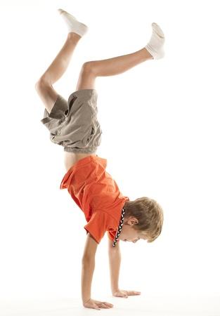 Het doen van een kind Hand Stand Stockfoto