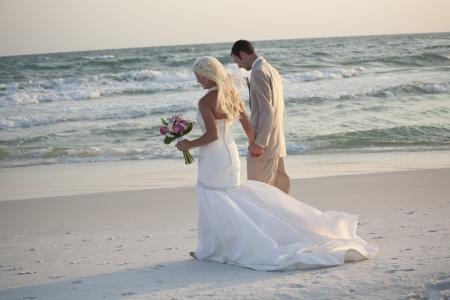 신부와 신랑은 해변에 산책