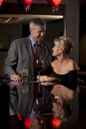 함께 바  레스토랑에서 남자와 여자 스톡 콘텐츠