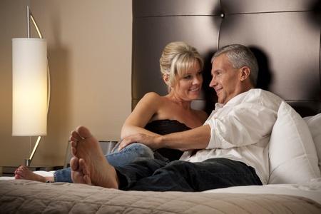 Man en vrouw ontspannen in een hotelkamer