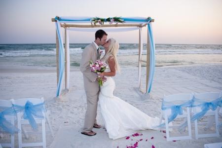 boda en la playa: Novia y el novio en la playa