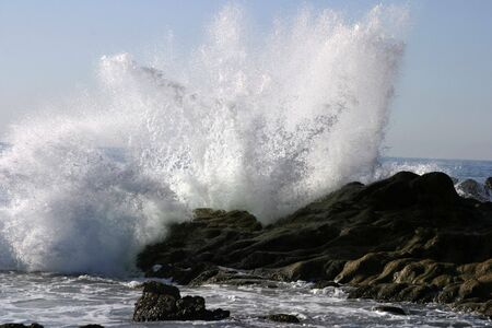 Waves crashing upon the rocks in Mexico Imagens