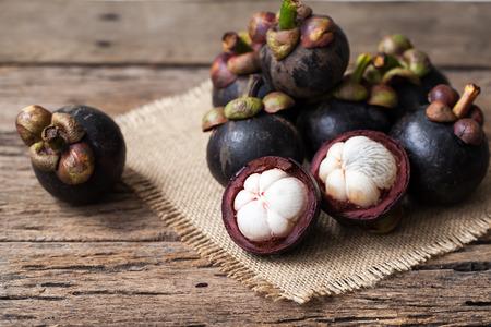 frutto del mangostano su sfondo di legno
