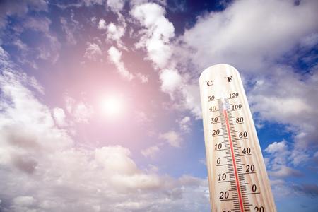 Thermometer auf der Sommerhitze Standard-Bild