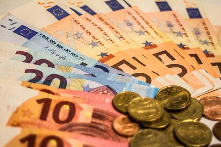 banconote euro: Una composizione di banconote e monete in euro che offrono grandi opzioni per illustrare argomenti come business, banche, media, presentazioni ecc., Nonché per i blog relativi a soldi o le caratteristiche dell'articolo