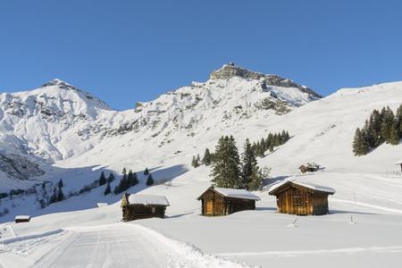 Traditionele hooischuren in een de winterlandschap met sneeuw Stockfoto