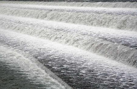 espumante: Espuma de agua en la presa de Lech en 86899 Landsberg am Lech  Baviera  Alemania Foto de archivo
