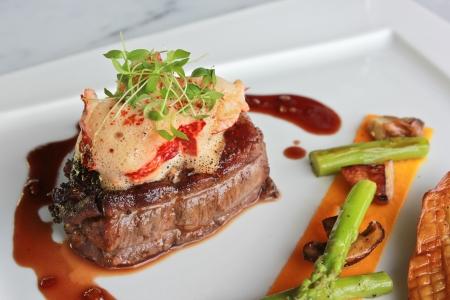 comida gourmet: Pan solomillo de ternera al horno, medallón de langosta Foto de archivo