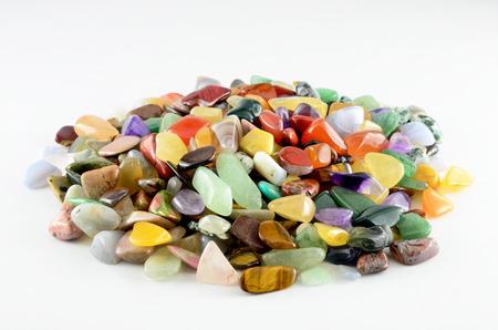 Piedras coloridas aisladas