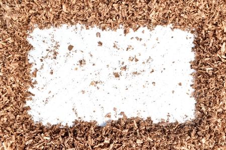 Polvo de sierra de madera sobre fondo blanco.