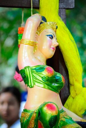 se�al de silencio: estatua de mujer haciendo se�as mont�n feliz Foto de archivo