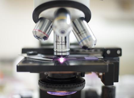 equipos medicos: microscopio es un instrumento utilizado para ver objetos muy pequeños. Foto de archivo
