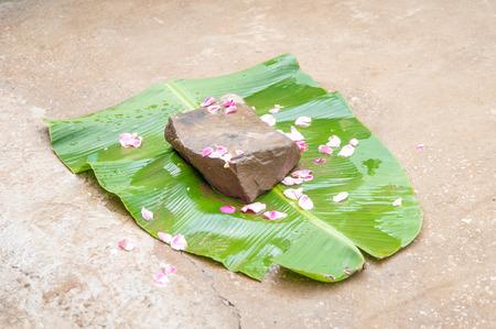 banane: pierres sur une feuille de bananier dans le concept de mariage thaïlande.